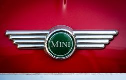 Logotipo del coche de Mini Cooper en superficie roja fotos de archivo