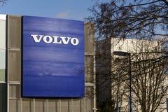 Logotipo del coche de Volvo delante de la representación que construye el 25 de febrero de 2017 en Praga, República Checa Fotografía de archivo