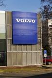 Logotipo del coche de Volvo delante de la representación que construye el 25 de febrero de 2017 en Praga, República Checa Foto de archivo