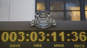 Logotipo del comité del anfitrión del Super Bowl XLVIII NY NJ en el reloj que cuenta tiempo hasta partido del Super Bowl XLVIII en Fotos de archivo