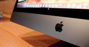 Logotipo del logotipo de los Apple Computer en el frente al último iMac favorable almacen de metraje de vídeo