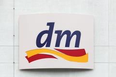 Logotipo del DM en una pared Imagenes de archivo