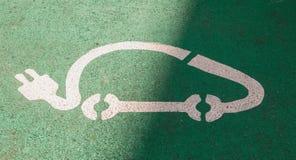 Logotipo del estacionamiento para el coche eléctrico en fondo verde Foto de archivo libre de regalías