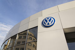 Logotipo del fabricante de automóviles de Volkswagen en un edificio de la representación checa Fotos de archivo