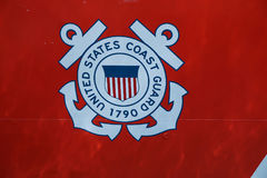 Logotipo del guardacostas de Estados Unidos en el guardacostas de Estados Unidos Cutter Forward Foto de archivo