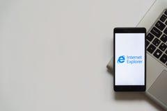 Logotipo del Internet Explorer en la pantalla del smartphone Imagen de archivo libre de regalías