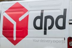 Logotipo del mensajero postal de DPD en la furgoneta blanca Imagenes de archivo