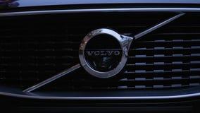 Logotipo del nuevo primer de Volvo del automóvil en la capilla metrajes