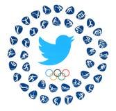 Logotipo del pájaro de Twitter con los anillos de los Juegos Olímpicos y las clases de deporte imágenes de archivo libres de regalías