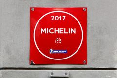 Logotipo del restaurante de Michelin del goloso del babero en una pared imagenes de archivo