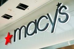 Logotipo del ` s de Macy situado sobre la tienda situada en alameda del valle de Westfield foto de archivo