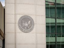 Logotipo del SEC de la Comisión de Valores y Bolsa de Estados Unidos en la entrada del edificio de DC cerca de la calle de H imágenes de archivo libres de regalías