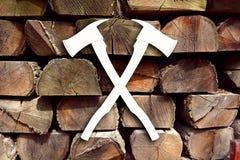 Logotipo del silvicultor de la artesanía en madera con el fondo Imagen de archivo