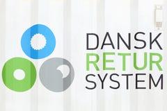 Logotipo del sistema del retur de Dansk en un envase Imagenes de archivo