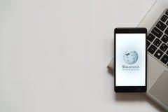 Logotipo del teléfono de Wikipedia en la pantalla del smartphone Fotos de archivo