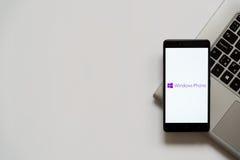 Logotipo del teléfono de Windows en la pantalla del smartphone Fotografía de archivo