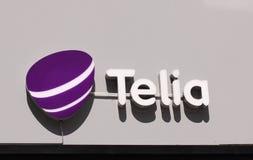 Logotipo del Telia en tienda El Telia es una compañía telefónica dominante sueca y operador de red móvil presentes en Suecia, Fin fotografía de archivo libre de regalías