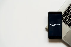 Logotipo del vapor en la pantalla del smartphone Foto de archivo