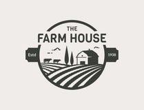 Logotipo del vector de la casa de la granja con el granero, las vacas y los campos stock de ilustración