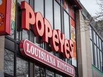 Logotipo delante de su restaurante local en Toronto, Ontario del restaurante de Popeyes Luisiana foto de archivo