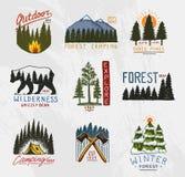 Logotipo do acampamento, floresta conífera das montanhas e crachás de madeira mão gravada tirada no esboço velho do vintage turis ilustração do vetor