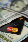 Logotipo do cartão mestre nas notas de dólar Imagem de Stock Royalty Free