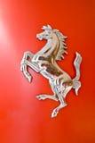 Logotipo do cavalo de Ferrari em um capuz Fotos de Stock Royalty Free