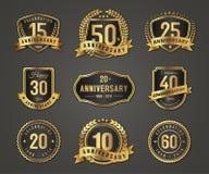 Logotipo do crachá do ouro do aniversário com número completo ilustração royalty free