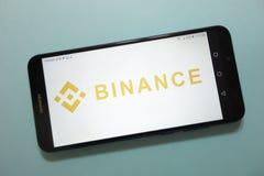 Logotipo do cryptocurrency da moeda BNB de Binance indicado no smartphone fotografia de stock