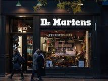 Logotipo do Dr. Martens em sua loja principal para Montreal, Quebeque O Dr. Martens é uns calçados britânicos, sapatas e empresa  fotografia de stock royalty free