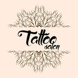 Logotipo do emblema do salão de beleza da tatuagem com mandala Fotografia de Stock