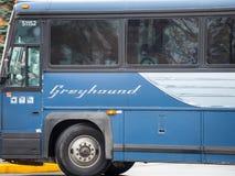 Logotipo do galgo em um ônibus do motorcoach que passa perto com efeitos do borrão da velocidade imagem de stock