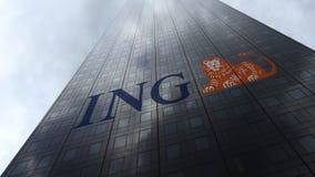 Logotipo do grupo de ING em nuvens refletindo de uma fachada do arranha-céus Rendição 3D editorial Imagem de Stock