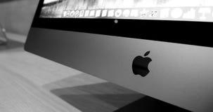 Logotipo do logotype dos Apple Computer na parte dianteira ao iMac o mais atrasado pro video estoque