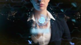 Logotipo do negócio A mulher de negócio futurista, usa um holograma da bola do mundo Em cidades da noite, megapolis, mundo filme