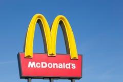 Logotipo do ` s de McDonald em um polo fotografia de stock