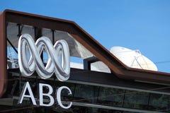 Logotipo e wordmark da empresa de difusão australiana em uma construção em Melbourne fotografia de stock royalty free