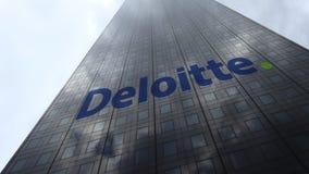 Logotipo en las nubes reflectoras de una fachada del rascacielos, lapso de Deloitte de tiempo Representación editorial 3D almacen de video