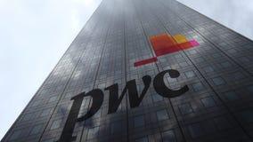 Logotipo en las nubes reflectoras de una fachada del rascacielos, lapso de PricewaterhouseCoopers PwC de tiempo Representación ed almacen de video