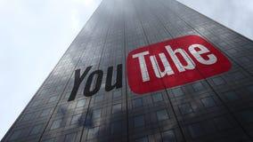 Logotipo en las nubes reflectoras de una fachada del rascacielos, lapso de YouTube de tiempo Representación editorial 3D stock de ilustración