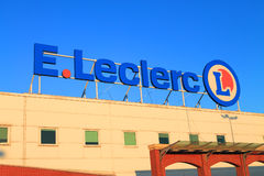 Logotipo en un fondo del cielo azul en E Hipermercado de Leclerc en Elblag, Polonia imagenes de archivo