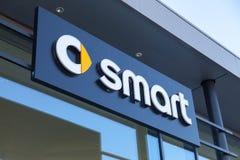 Logotipo esperto em uma construção do concessionário automóvel Fotos de Stock