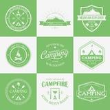 Logotipo, etiquetas e insignias que acampan Emblemas del viaje Imagen de archivo libre de regalías