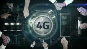 logotipo 4g en un botón en la tabla numérica rodeada por los hombres de negocios libre illustration