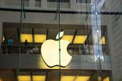 Logotipo grande de Apple en la pared de cristal del edificio en el Apple Store en Jorge fotos de archivo libres de regalías