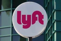Logotipo incorporado de Lyft Transporte Rede Empresa no parque de estacionamento foto de stock royalty free