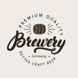 Logotipo, insignia, etiqueta o emblema escrita mano de las letras de la caligrafía de la cervecería con el barril de cerveza Imagen de archivo libre de regalías