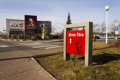 Logotipo internacional da empresa do restaurante do fast food de KFC o 25 de fevereiro de 2017 em Praga, república checa Fotografia de Stock