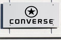 Logotipo inverso em uma parede foto de stock