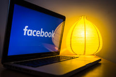 Logotipo novo do facebook em um tela de computador, girado sobre a luz no fundo Fotografia de Stock Royalty Free
